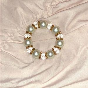 💛  NWOT Pearl Bracelet with Gold Detailing 💛
